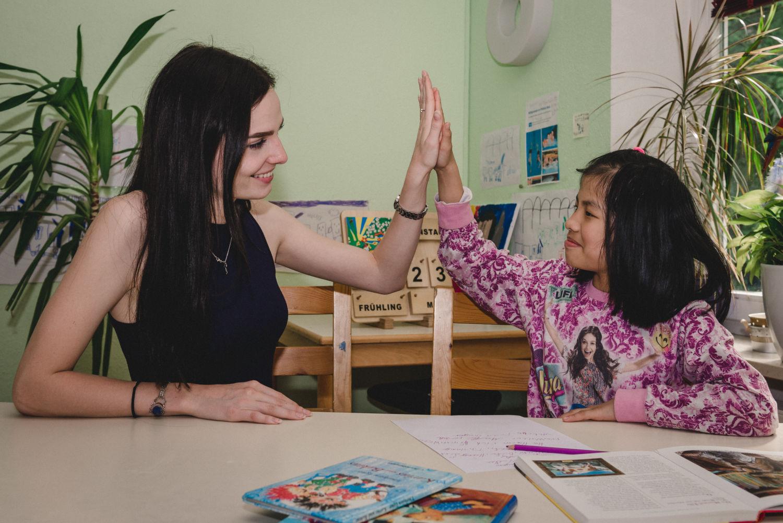 Noela bei der Nachhilfe mit Linh
