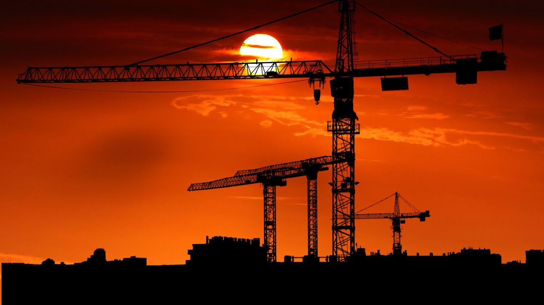 Baukräne im Sonnenuntergang\nQuelle: https://pixabay.com/photos/sunset-cranes-site-architecture-4034688