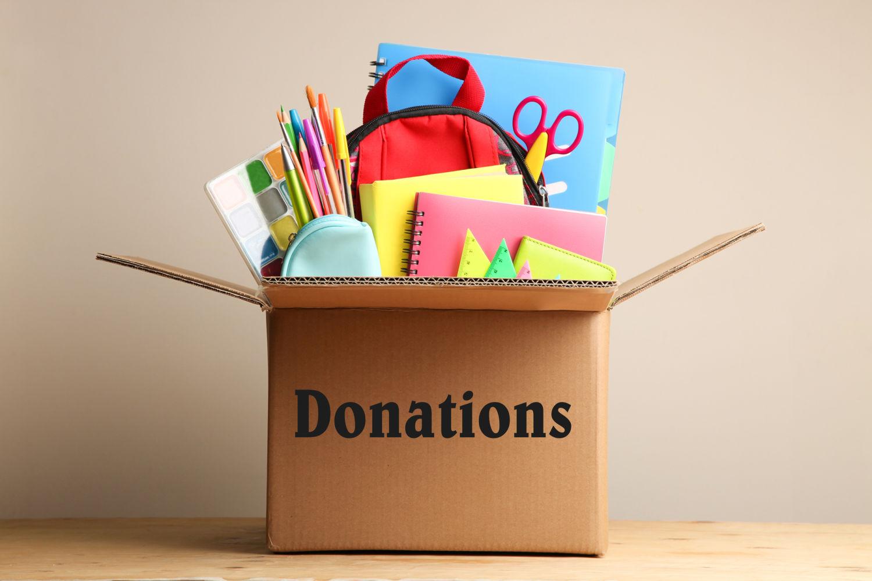 Spendenbox gefüllt mit Lehrmaterialien