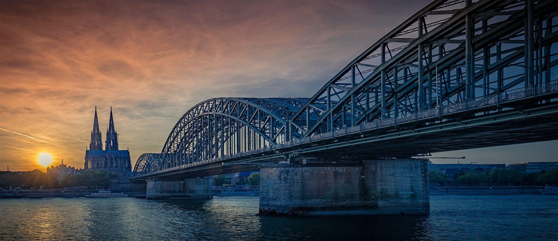 Ansicht auf die Stadt Köln mit Rheinbrücke und Dom