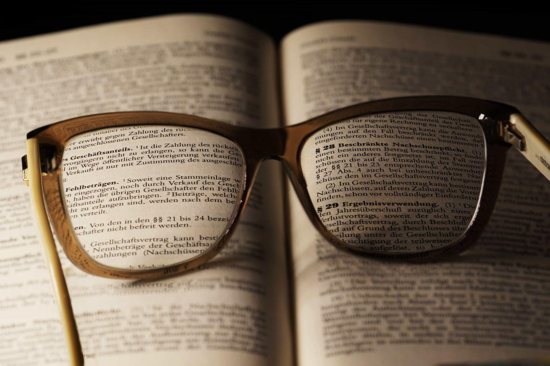 Aufgeschlagenes Buch mit Paragraphen