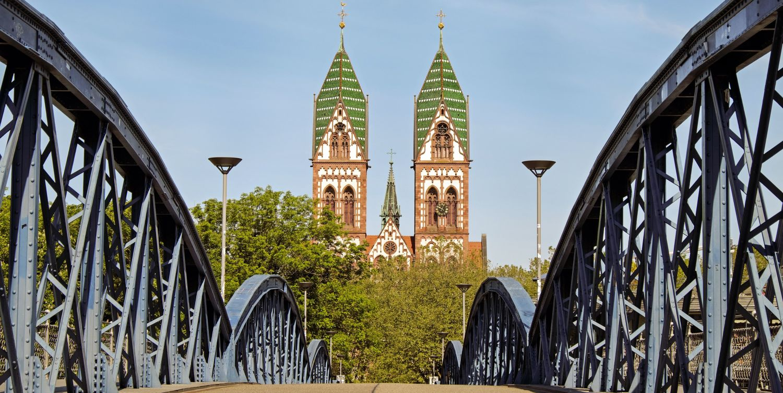Freiburg Ansicht blaue Brücke und Kirche