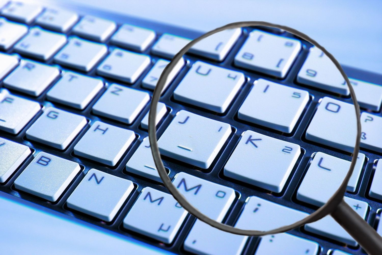 eine Lupe über einer Tastatur