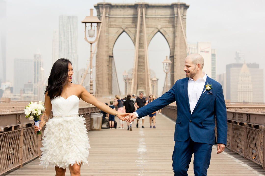 bride and groom on brooklyn bridge