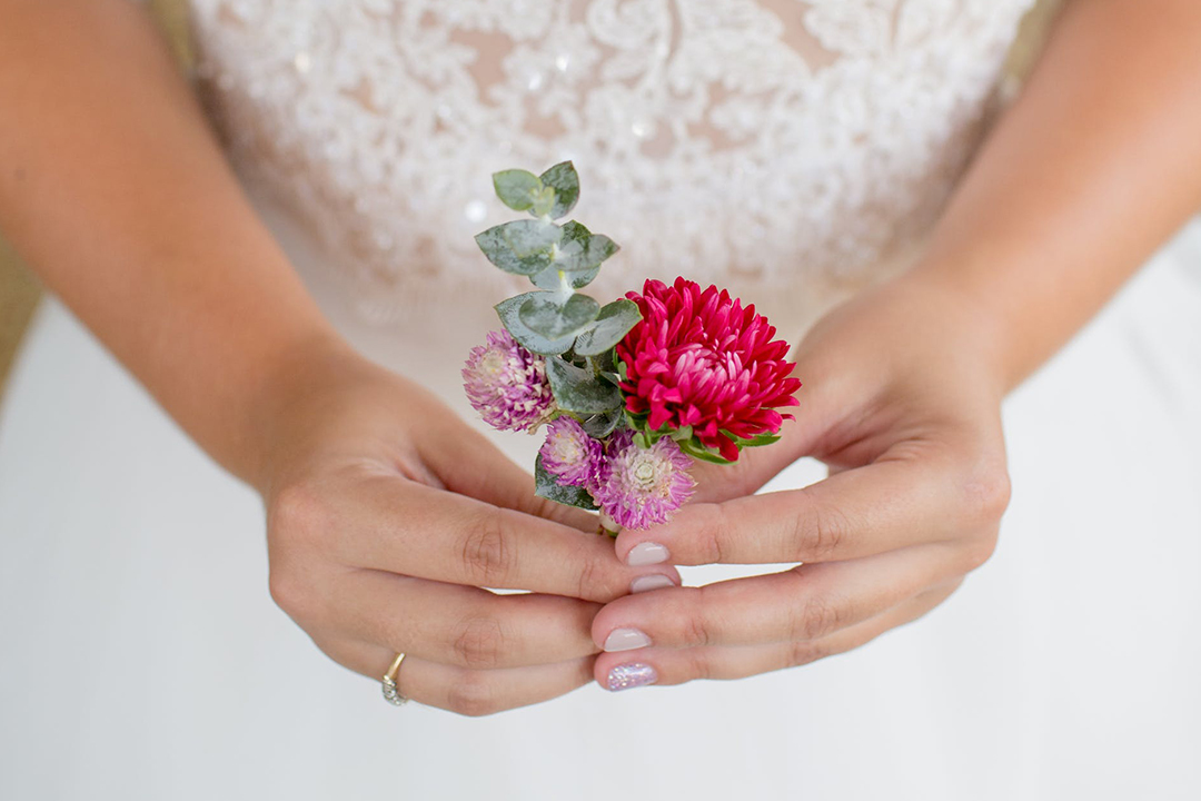 bride holding flowere