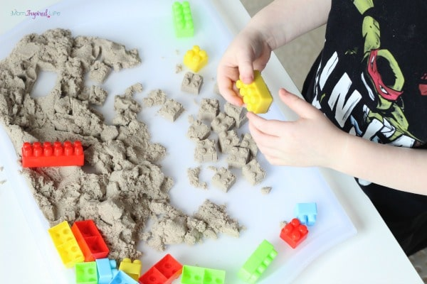 Building-with-kinetic-sand-and-blocks-1