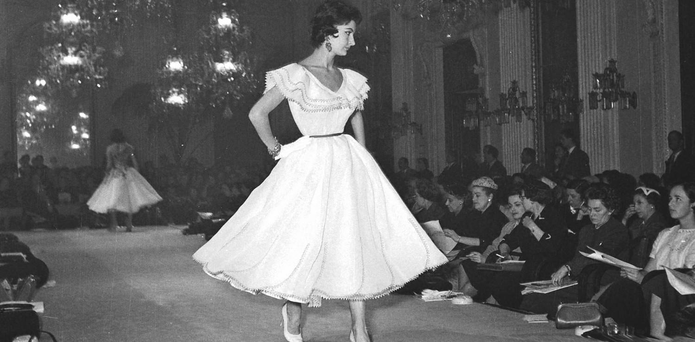 Sfilata nella Sala Bianca di Palazzo Pitti, 1955. Ph. Courtesy Archivio Foto Locchi