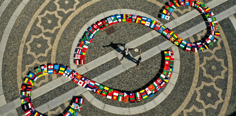 Michelangelo Pistoletto e Angelo Savarese, Bandiera del mondo - 1+1=3-2