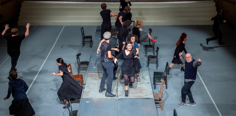 I Nuovi e la Compagnia del Teatro La Comunità durante le prove di The Dubliners ph. Filippo Manzini