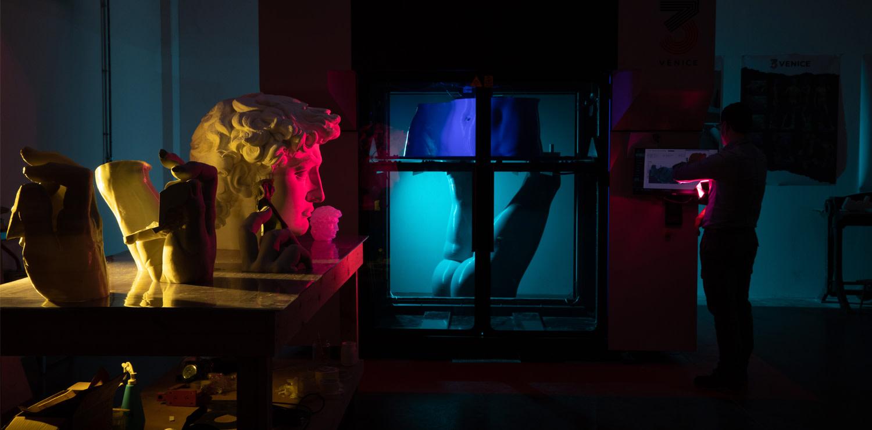 Ambasciatore d'eccezione per l'Italia, una straordinaria riproduzione digitale del David di Michelangelo in scala 1:1 (ph. Massimo Sestini per il Padiglione Italia di Expo 2020 Dubai)