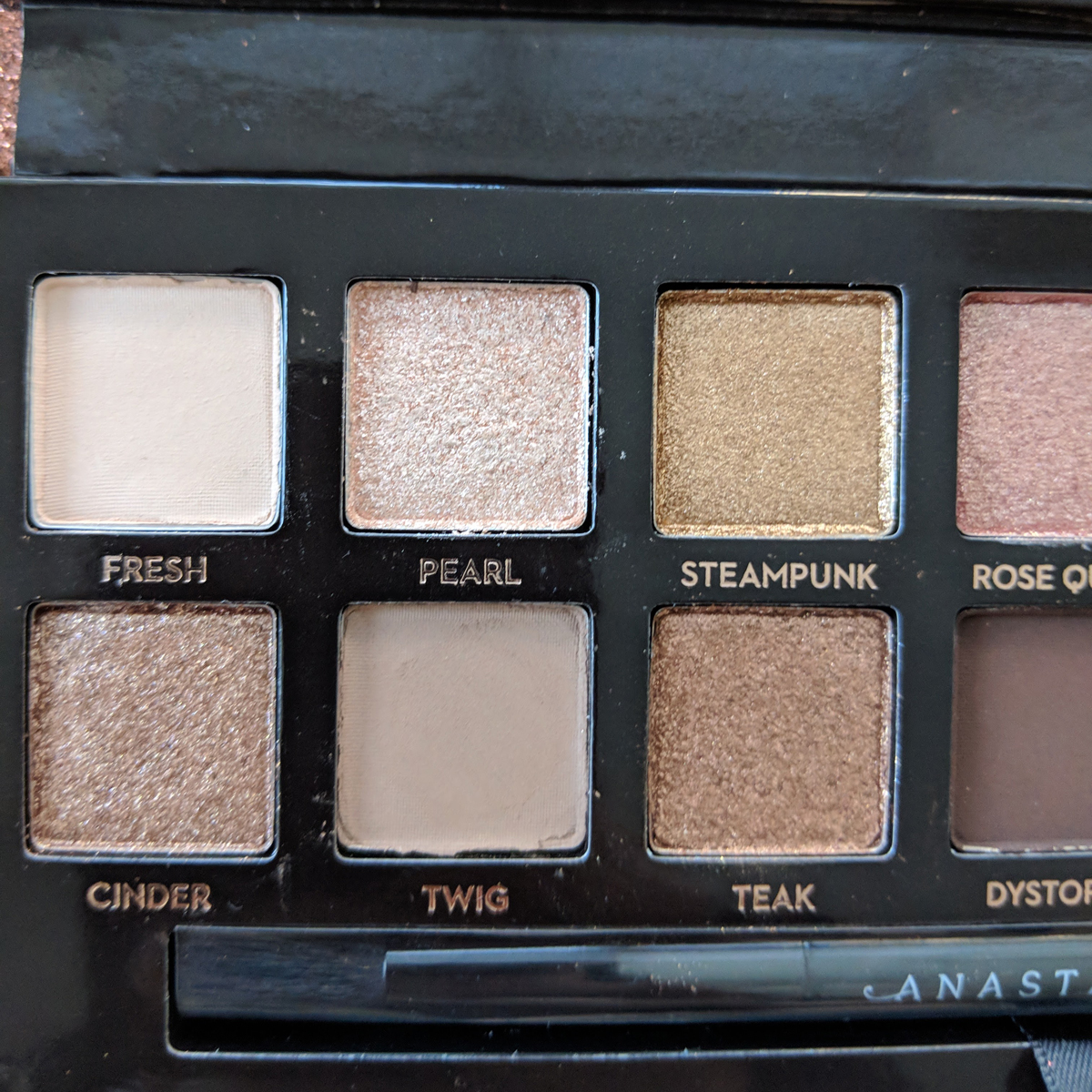 abh-sultry-eyeshadow-palette-review-zoom-left