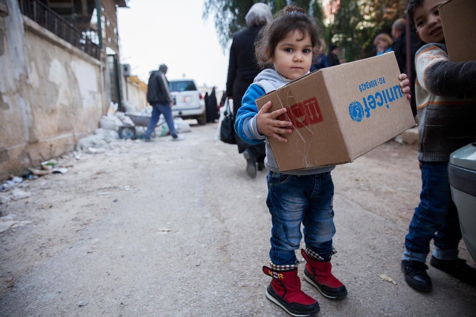 A little girl with UNICEF aids in Syria