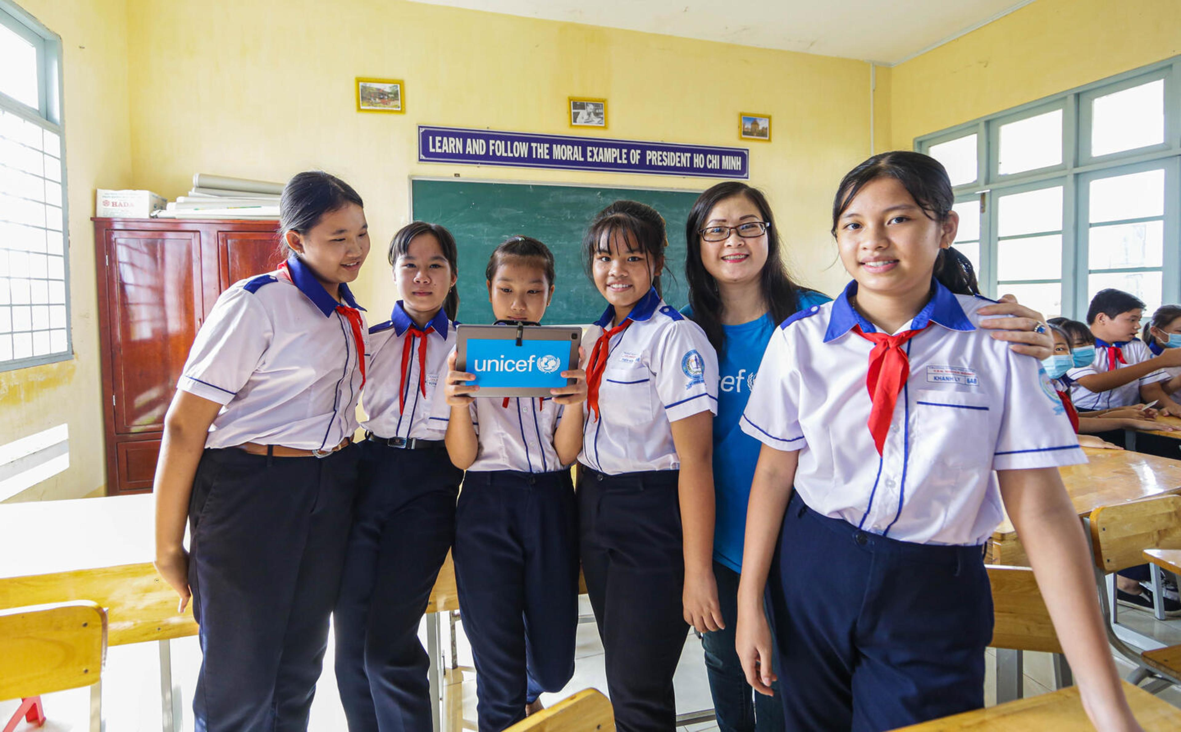 Students in Tan Nhuan Dong secondary school in Dong Thap gain new experiences with AVR equipment.
