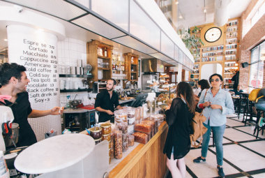 5 tips for handling out of line cafe customers