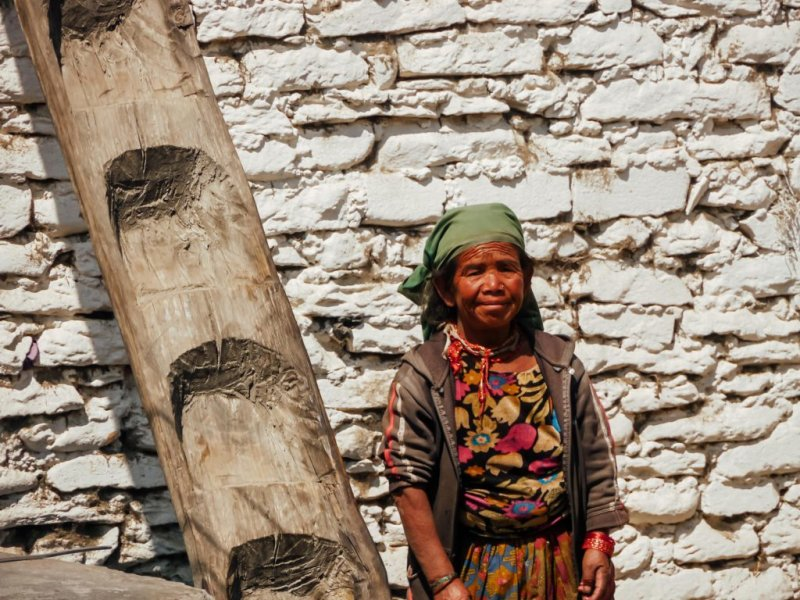 woman along Annapurna circuit