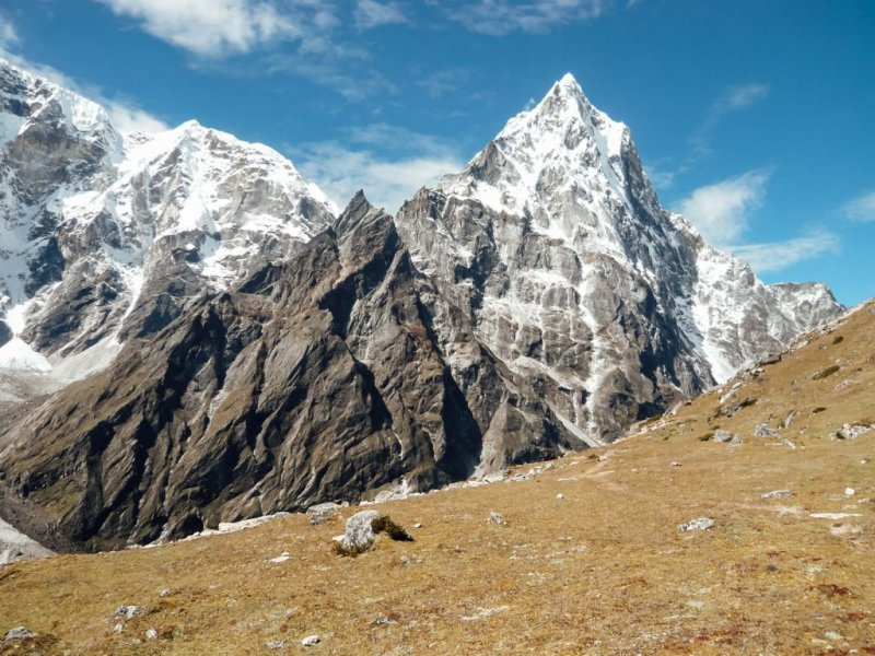 Snowy peaks on the Annapurna Circuit route with Follow Alice