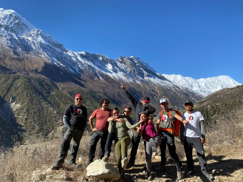 group photo among Annapurna mountains, is the Annapurna Circuit hard?