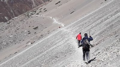Annapurna Circuit trail and trekkers