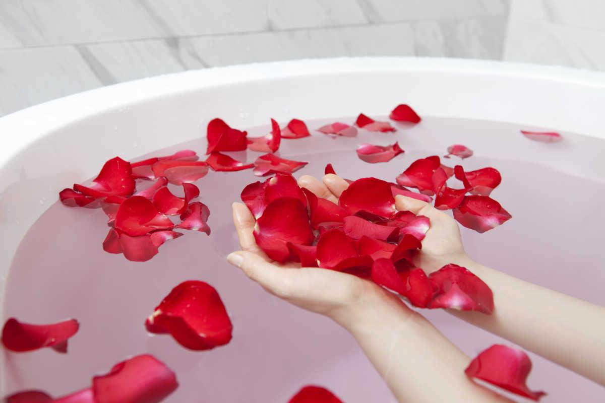 banheira com pétalas de rosa