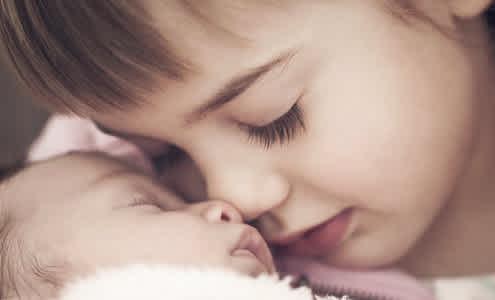 6 Consejos Para Presentarle El Nuevo Bebé A Sus Hermanos Mayores Mamaslatinas Com