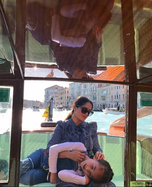 Transportarse en Venecia es de lo más natural para ella...