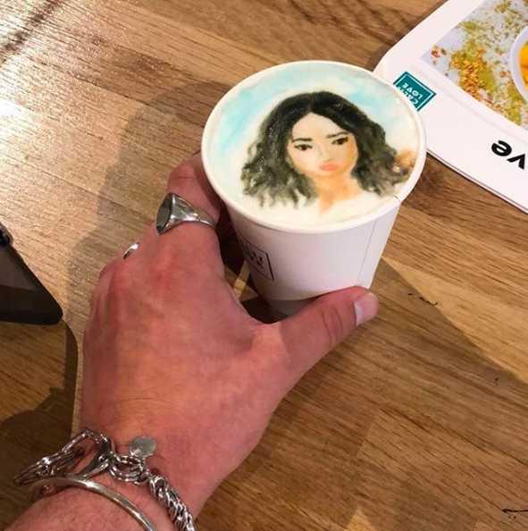 Se toma cafés con su retrato.