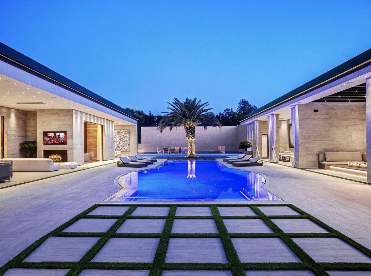 La piscina parece la de un gran resort.