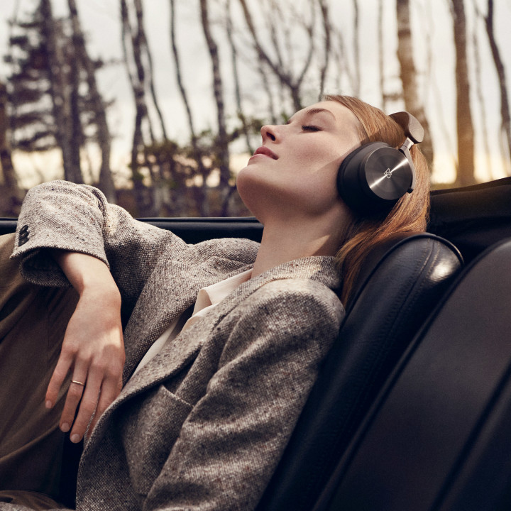Beoplay H95 black on female model