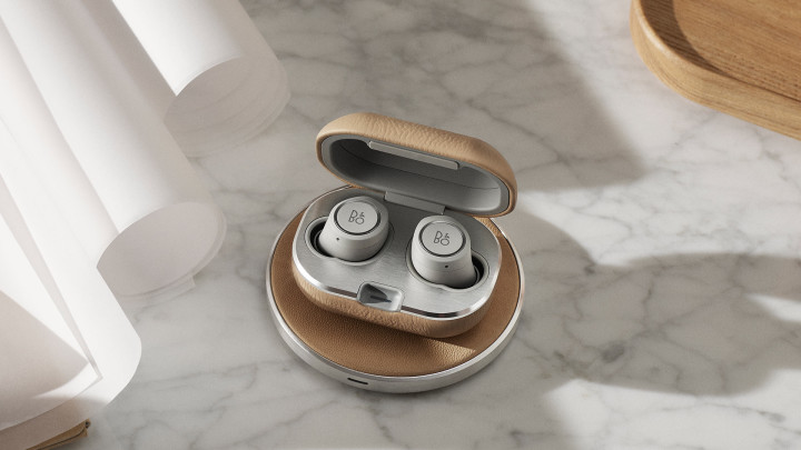 Beoplay E8 2.0 earphones charging pad in natural