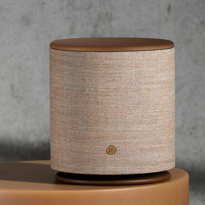 Beoplay M5 højttalere fuld front på brunt bord