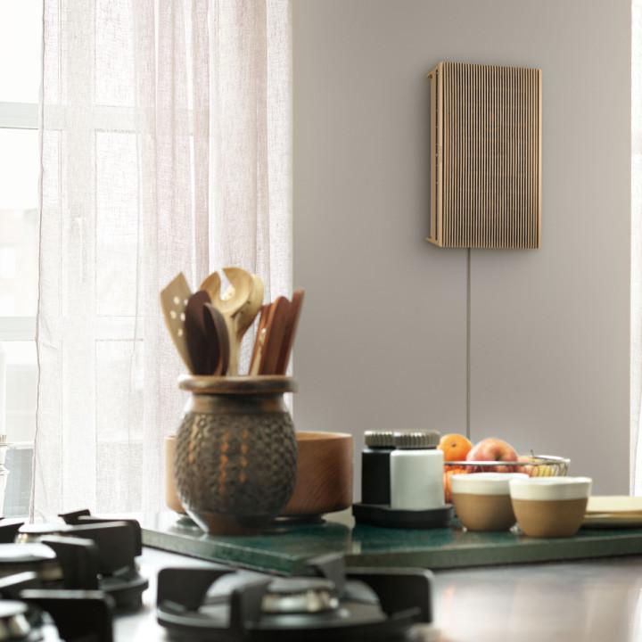 Beosound Level Gold Tone - Light Oak vægmonteret i køkkenet