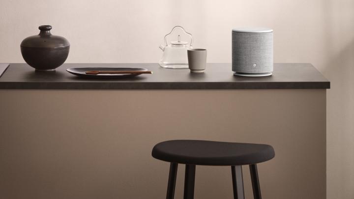Beoplay M5 højttalere sammen med andre produkter på blå baggrund