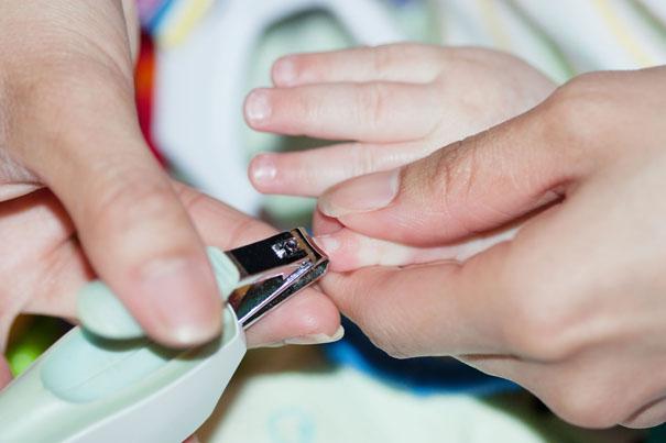 cắt móng tay trẻ sơ sinh