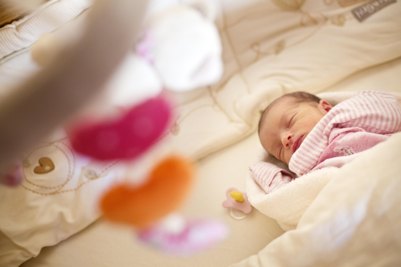 Trẻ sơ sinh hay giật mình, có đáng ngạI?