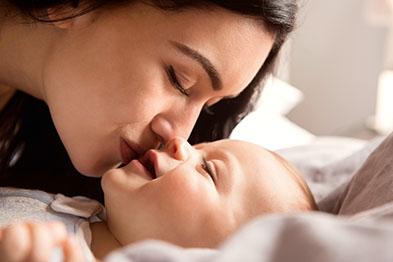 Mutter küsst ihr Baby