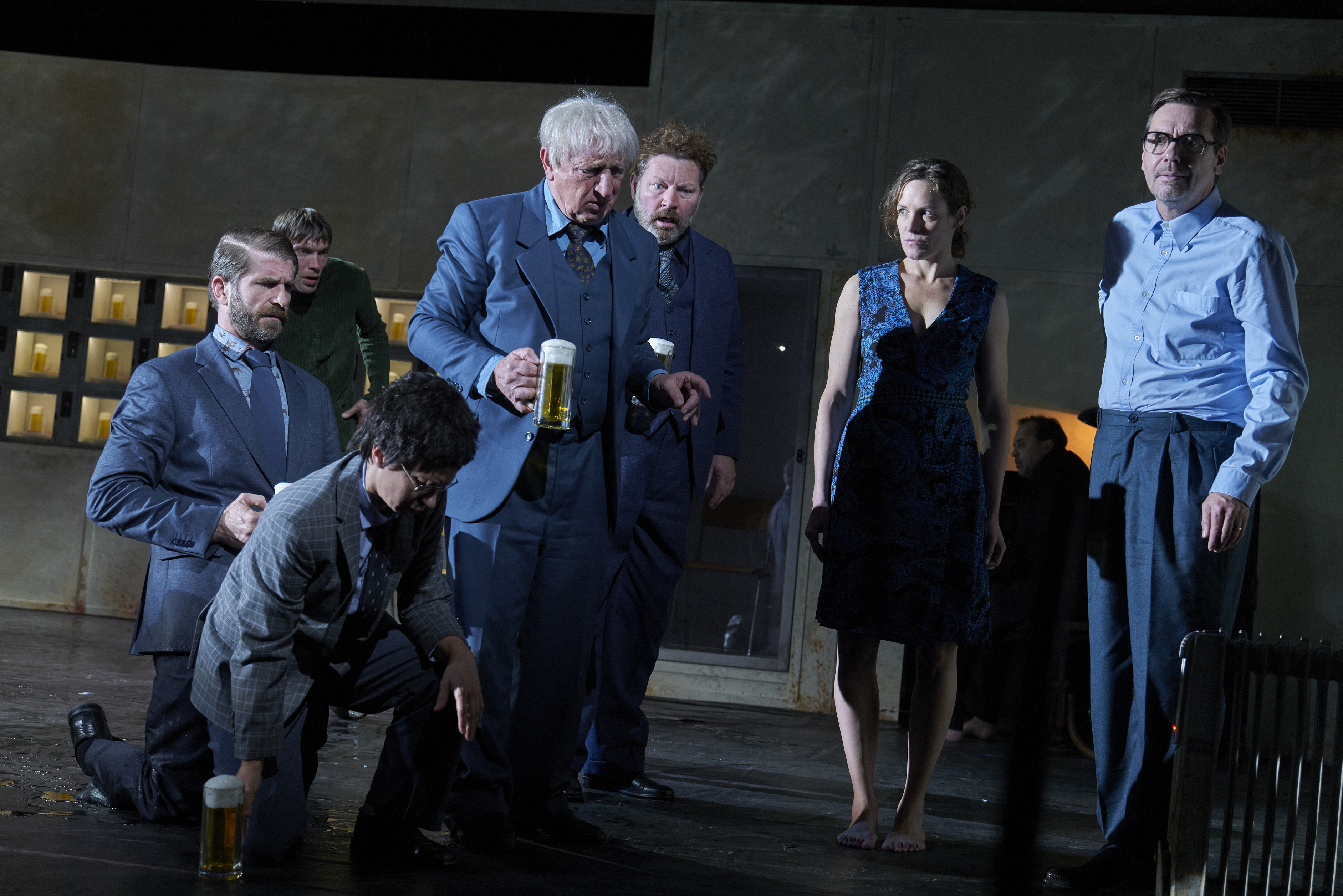 """Members of the acting company in a scene from the production """"Automatenbüfett""""."""