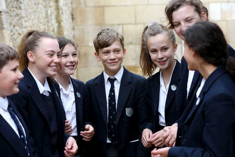 Schüler der Stonar School. Eine englische Schule und Internat für Mädchen und Jungen, die neben der regulären akademischen Ausbildung, besonders durch seine umfassende Reitausbildung bekannt ist.