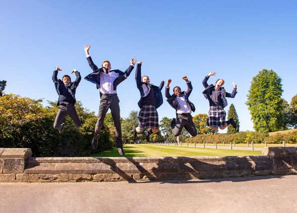 worth-school-schülergruppe-auf-dem-campus-voller-freude