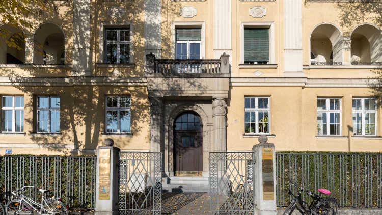 Building and Entrance to Stanford & Ackel's office, located at Widenmayerstr. 48 in D-80535 Munich, Germany.