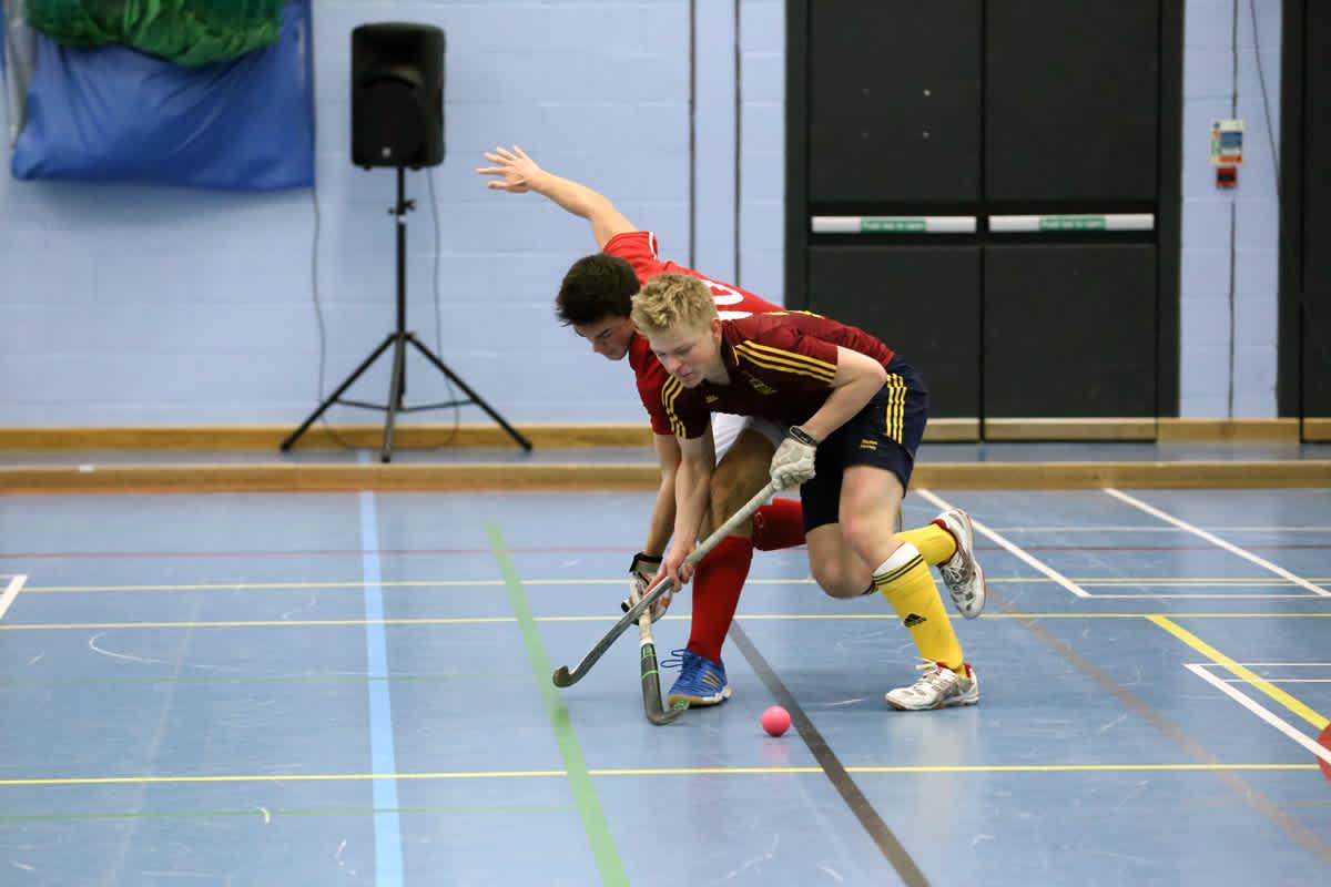 Daniel, Spieler des Siegerteams der englischen Hockey-Schulmeisterschaften in der Halle