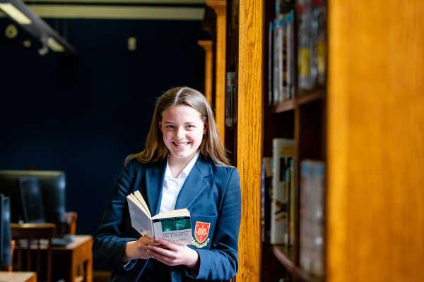 Trent College - Schülerin in der Bücherei