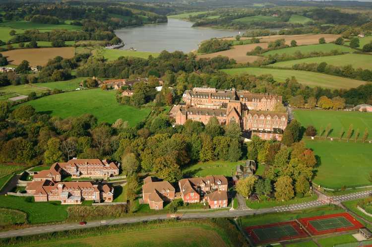 Ardingly College liegt auf einem wunderschönen Campus bei einem See.