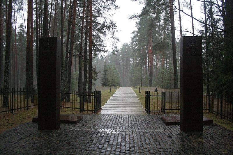 800px-Katyń Forest November 2013 005 (1)