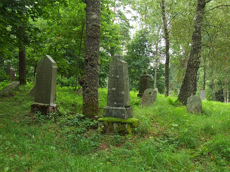 800px-Karaite cemetery in Trakai (Troki)
