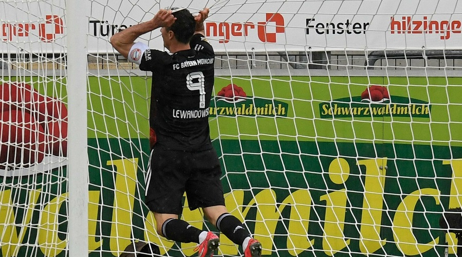 Robert Lewandowski w meczu Bundesligi.