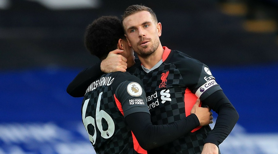 Piłkarze Liverpoolu - Trent Alexander-Arnold i Jordan Henderson.