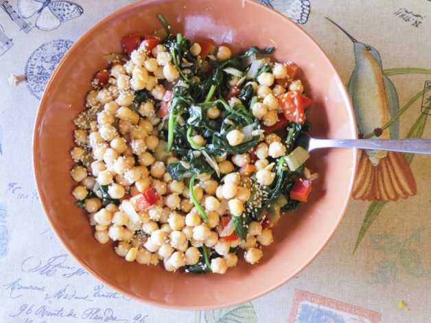 Paula, 8fitter's chickpea bowl, spinach on bird tablecloth