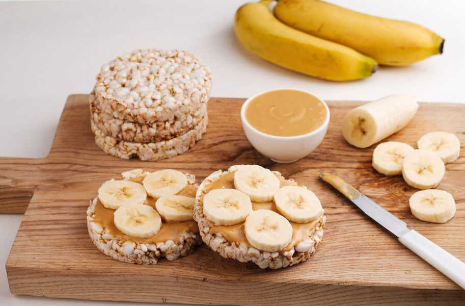 banana peanut butter on rice cakes