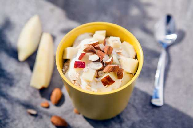 yogurt-oats-apple-almonds-bowl-breakfast