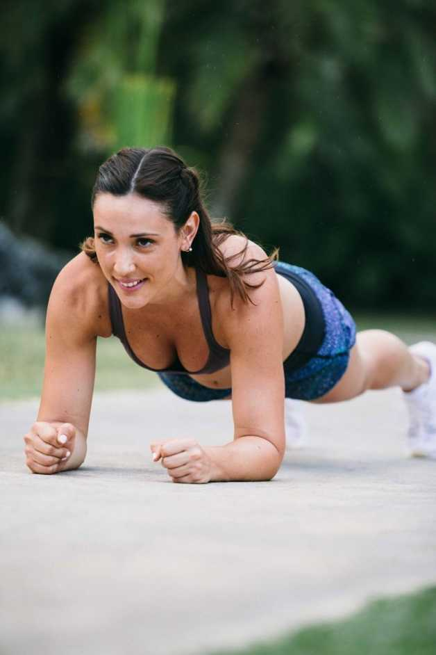 female outdoor workout lose weight plank exercise alba
